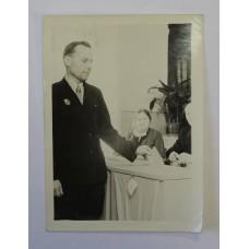 Выборы 1940-50-х гг. Избиратель со знаком - Почётный желдор.