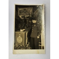 Выборы 1951г. - У урны Офицер-Избиратель голосует за Сталина.
